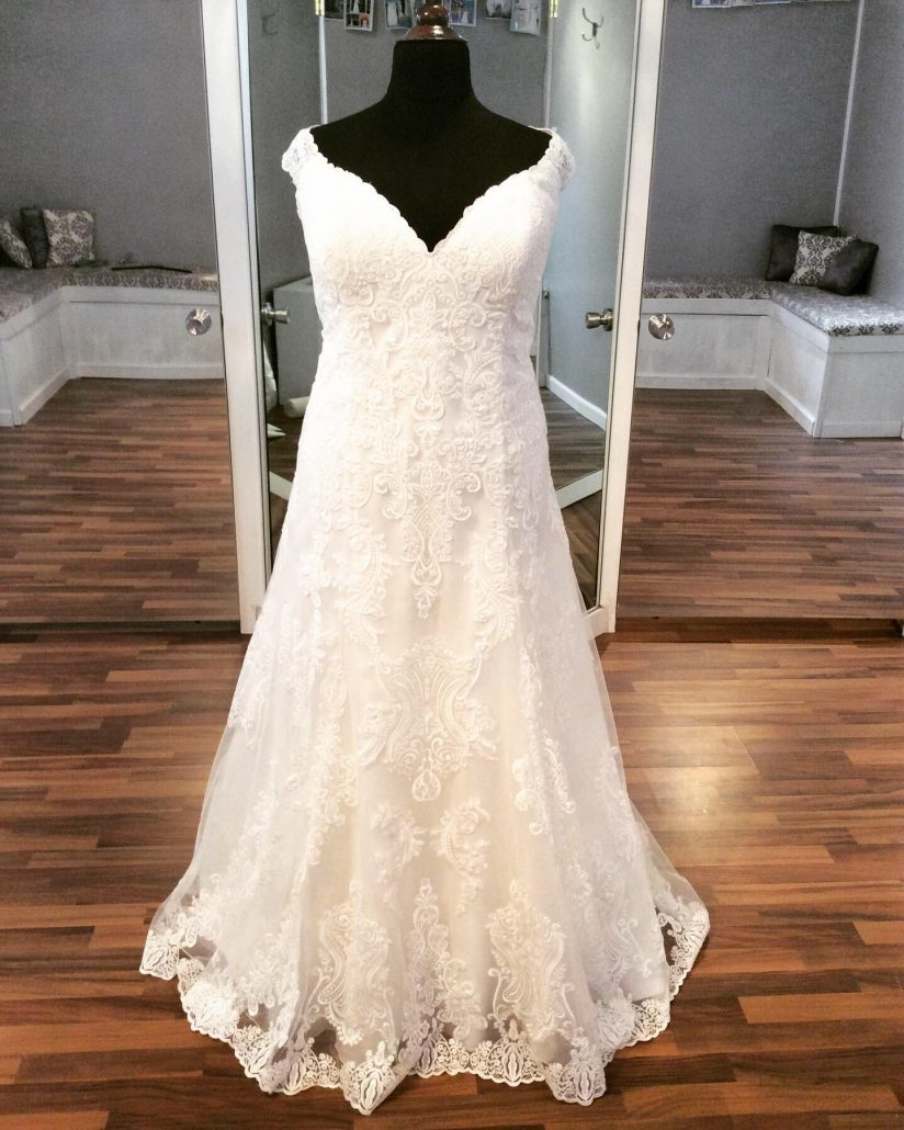 All lace gown with cap sleeves